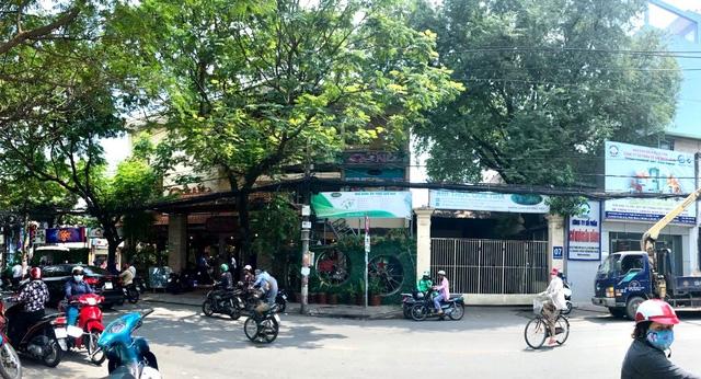 Phần lớn diện tích của khu đất công đã bị Công ty Cổ phần cơ khí ngân hàng hợp tác kinh doanh, mở nhà hàng ăn nhậu hoành tráng nhất quận Tân Bình từ năm 2015 đến cuối năm 2018.