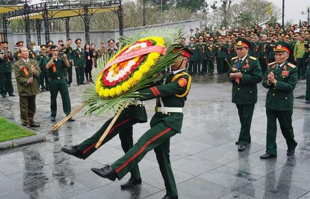Đoàn cựu chiến binh dâng hương, dâng hoa viếng hương hồn liệt sĩ đang yên nghỉ tại Nghĩa trang quốc gia Đường 9 (Quảng Trị)