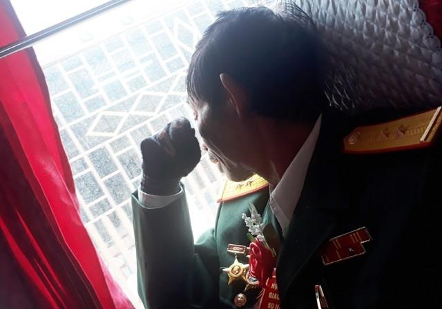 Cựu chiến binh Nguyễn Gia Tuệ quay mặt giấu nước mắt khi nhắc tới đồng đội đã ngã xuống trên đất lửa Quảng Trị