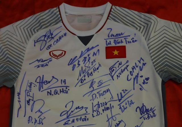 Đấu giá áo, bóng đội tuyển Việt Nam tặng Thủ tướng Nguyễn Xuân Phúc - Ảnh 1.