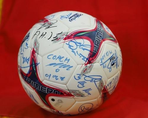 Trái bóng có chữ ký của các cầu thủ và ban huấn luyện ĐTVN. Ảnh: BTC