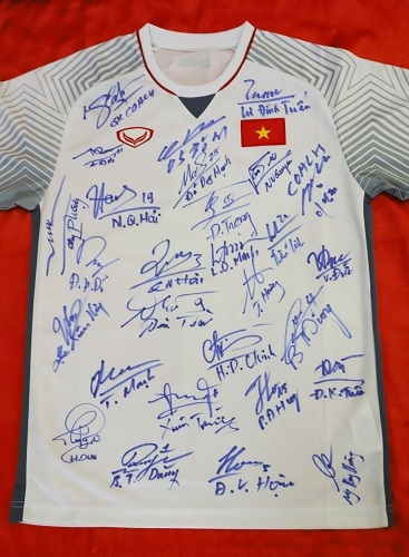 Áo đấu có chữ ký của cầu thủ và ban huấn luyện ĐTVN. Ảnh: BTC