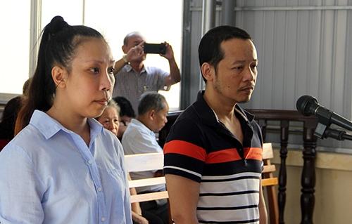 Bị cáo Phạm Lê Hoàng Uyển và Võ Hoàng Hà tại phiên toà. Ảnh: Cửu Long