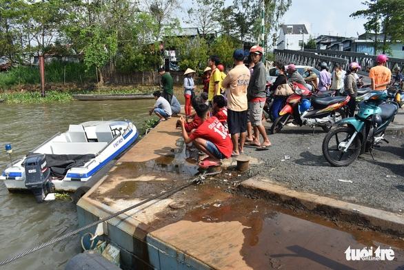 Phà di chuyển, xe tải tự chạy lao xuống sông, 1 người mất tích - Ảnh 3.