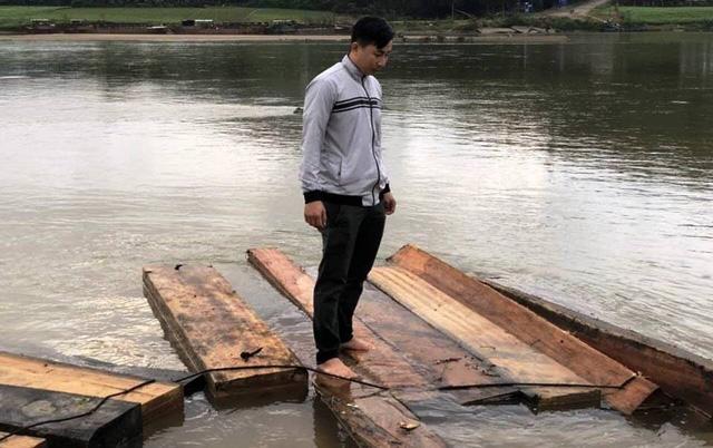 Thấy cảnh sát đường thủy, lâm tặc thả gỗ dưới sông bỏ chạy - Ảnh 1.