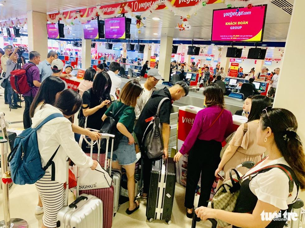 Hàng không chuyển nhân sự từ Nội Bài vào Tân Sơn Nhất phục vụ Tết - Ảnh 1.