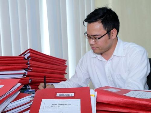 Cán bộ tiếp nhận đơn tại Cục Sở hữu trí tuệ. Ảnh: Lê Loan.