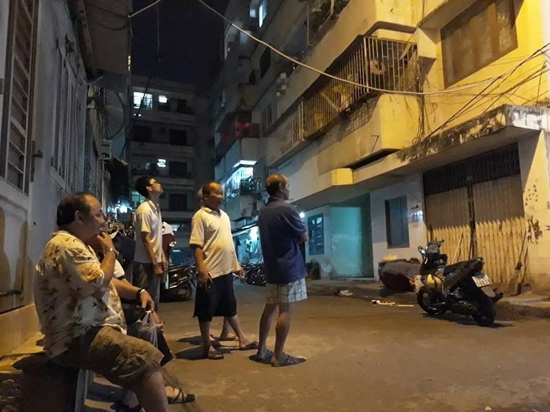 Chung cư ở TP.HCM bị nghiêng, dân di tản gấp trong đêm - ảnh 1