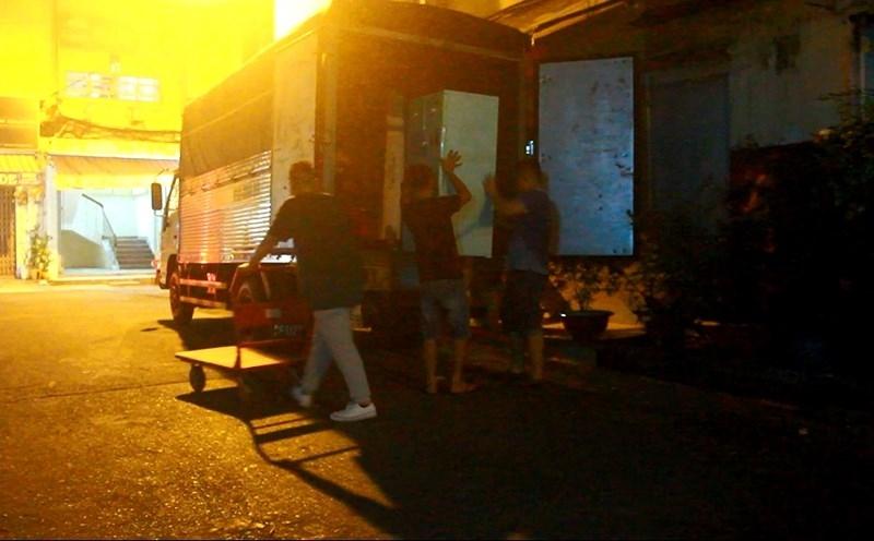Chung cư ở TP.HCM bị nghiêng, dân di tản gấp trong đêm - ảnh 2