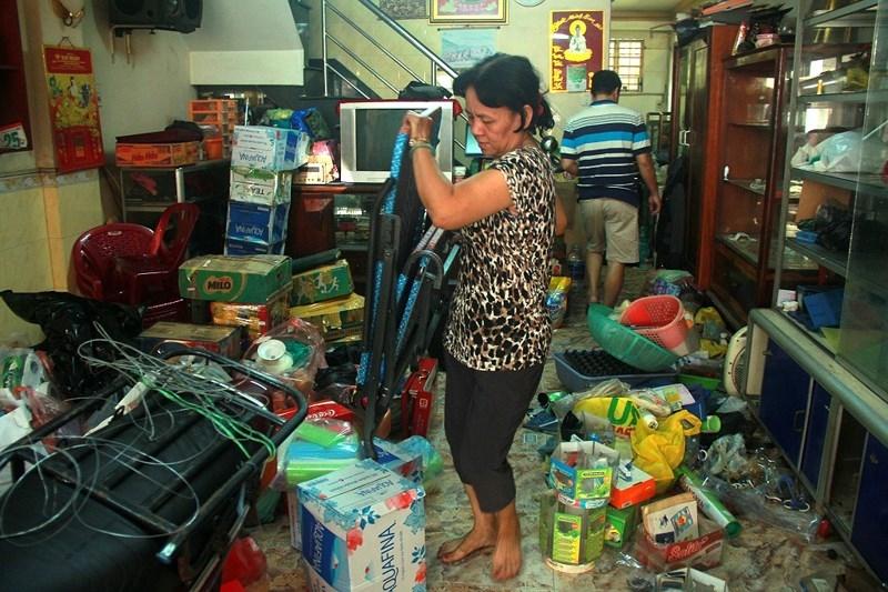 Người dân khóc khi dọn đồ khỏi chung cư bị nghiêng ở TP.HCM - ảnh 4