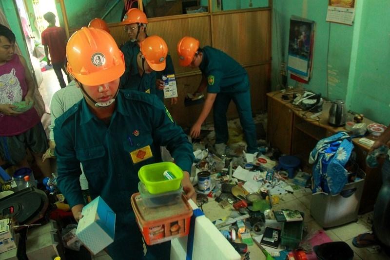 Người dân khóc khi dọn đồ khỏi chung cư bị nghiêng ở TP.HCM - ảnh 7