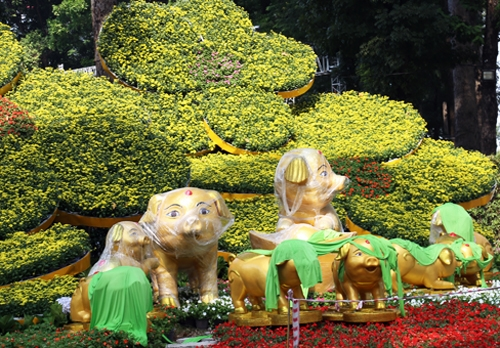 Gia đình heo ở cổng chính Hội hoa xuân trên đường Trương Định. Ảnh: Hữu Công