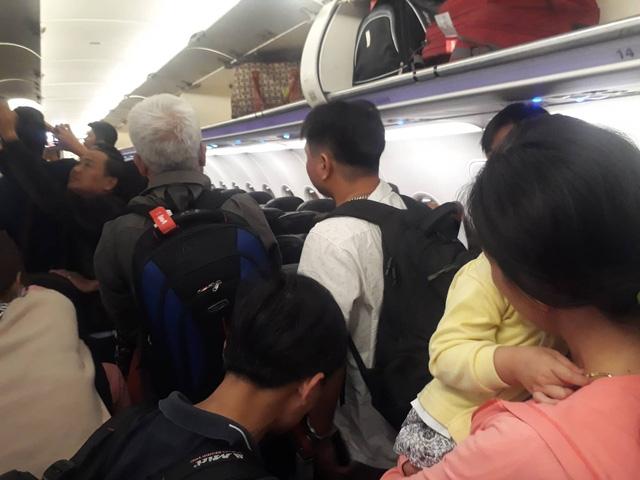 Trục trặc kỹ thuật, máy bay Vietjet từ Vinh đi TP.HCM hạ cánh ở Đà Nẵng - Ảnh 2.