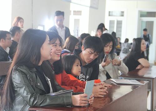 Hàng trăm người dân ở Hà Tĩnh đi làm hộ chiếu trong ngày đầu năm mới. Ảnh: Đức Hùng
