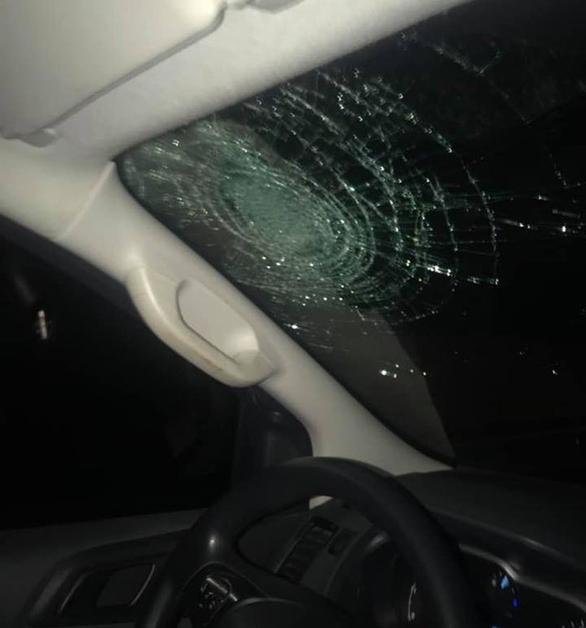 Ô tô bị ném vỡ kính trên đường cao tốc Hà Nội - Hải Phòng - Ảnh 1.