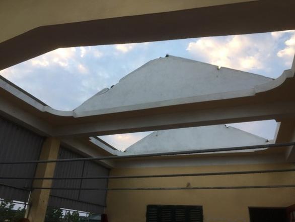 Hàng chục nhà dân bị thiệt hại do dông lốc, mưa đá ở các tỉnh phía Bắc - Ảnh 4.