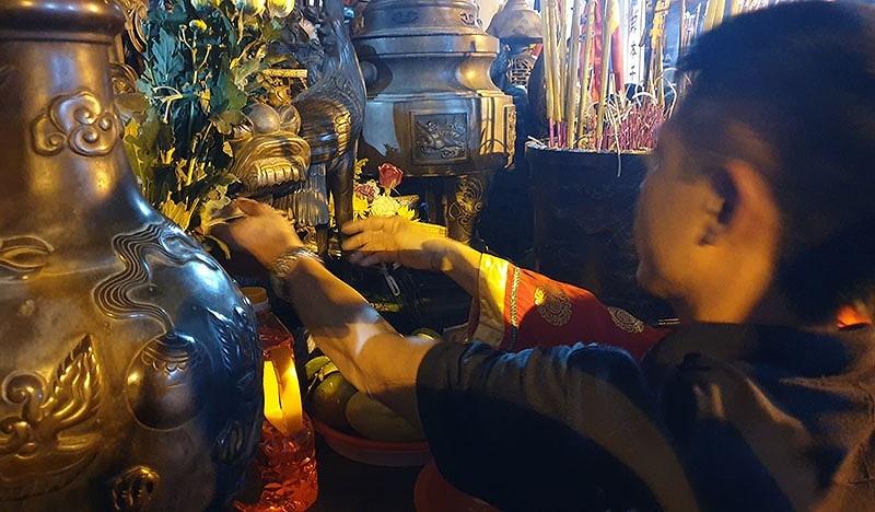 Biển người chen lấn trong đêm Khai ấn đền Trần  - ảnh 10