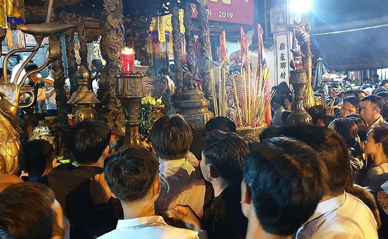 Biển người chen lấn trong đêm Khai ấn đền Trần  - ảnh 11