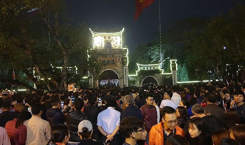 Biển người chen lấn trong đêm Khai ấn đền Trần  - ảnh 14
