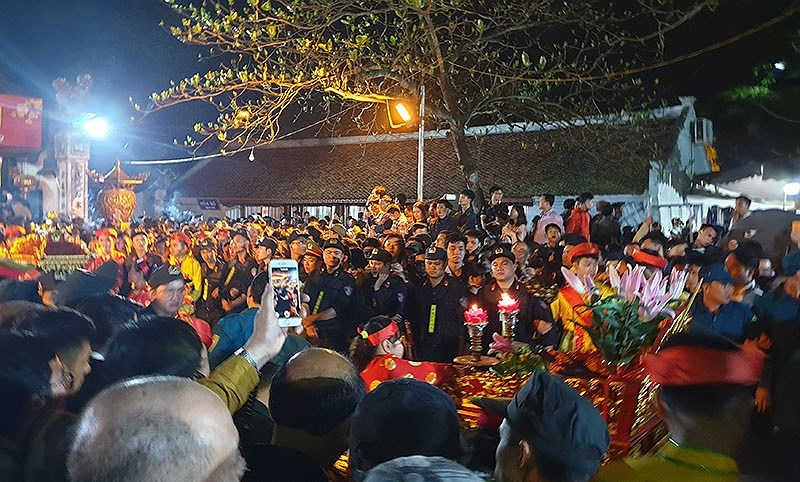Biển người chen lấn trong đêm Khai ấn đền Trần  - ảnh 7
