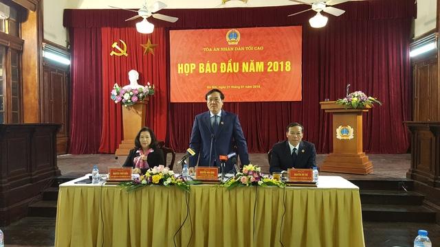 Chánh án TAND Tối cao Nguyễn Hoà Bình trả lời tại cuộc họp báo (Ảnh: Thế Kha).