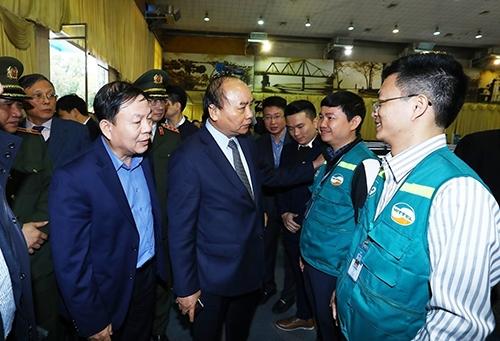Thủ tướng dặn dò các nhân viên kỹ thuật của Viettel nỗ lực hết mình để đảm bảo an ninh an toàn hạ tầng thông tin cho Hội nghị. Ảnh: TTXVN