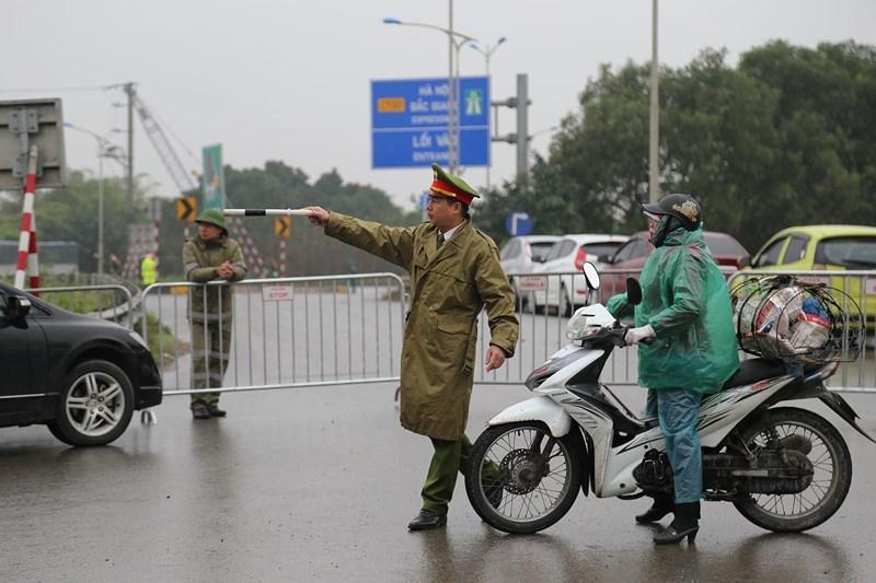 Cận cảnh đoàn xe hộ tống ông  Kim Jong-un về Hà Nội - ảnh 1