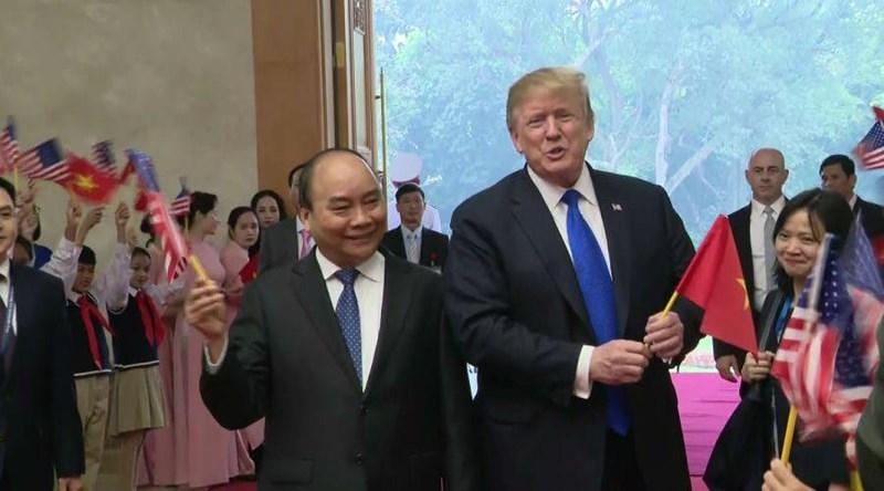 Tổng thống Mỹ Donald Trump (phải) được Thủ tướng Nguyễn Xuân Phúc tiếp sáng nay. Ảnh: CNN