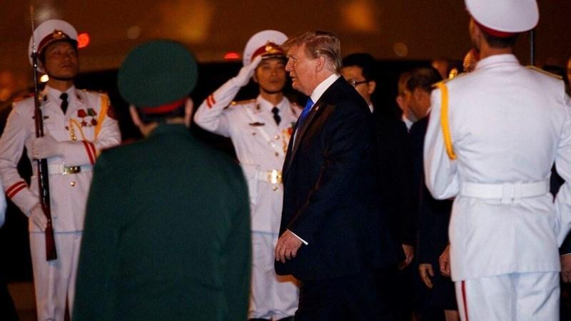 Tổng thống Mỹ Donald Trump đến sân bay Nội Bài tối 26-2. Ảnh: AP