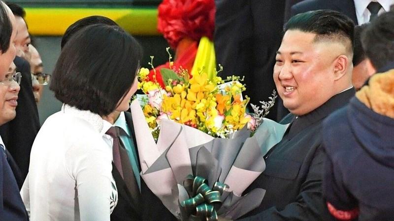 Lãnh đạo Triều Tiên Kim Jong-un (phải) được tặng hoa khi đến ga Đồng Đăng sáng qua. Ảnh: AP