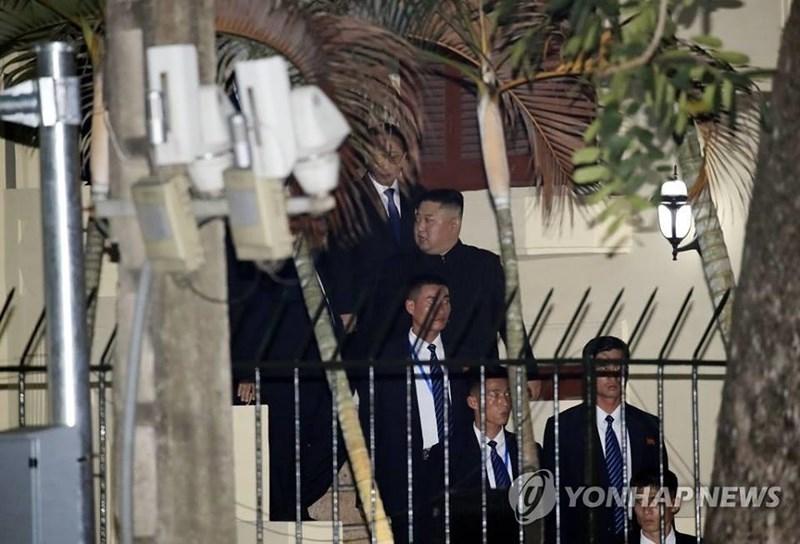 Lãnh đạo Triều Tiên Kim Jong-un rời Đại sứ quán Triều Tiên tại Hà Nội chiều tối 26-2. Ảnh: AP