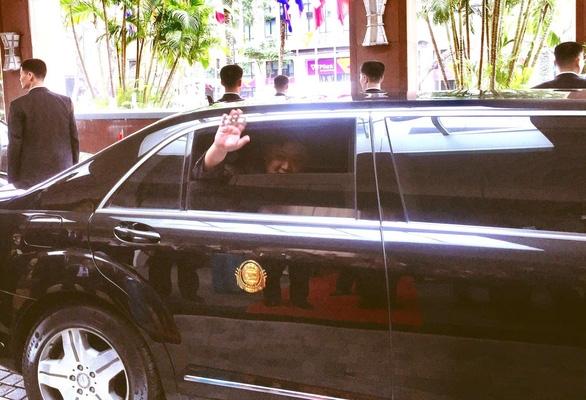 Chủ tịch Kim Jong Un vẫy chào tạm biệt Việt Nam, tàu rời ga Đồng Đăng - Ảnh 12.