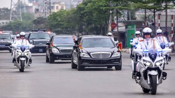 Chủ tịch Kim Jong Un vẫy chào tạm biệt Việt Nam, tàu rời ga Đồng Đăng - Ảnh 13.