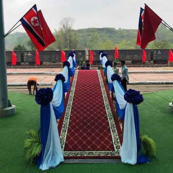 Chủ tịch Kim Jong Un vẫy chào tạm biệt Việt Nam, tàu rời ga Đồng Đăng - Ảnh 15.
