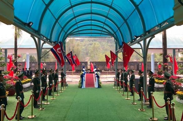 Chủ tịch Kim Jong Un vẫy chào tạm biệt Việt Nam, tàu rời ga Đồng Đăng - Ảnh 16.