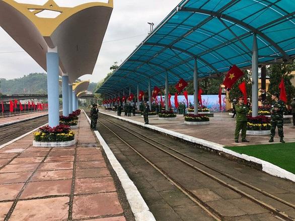 Chủ tịch Kim Jong Un vẫy chào tạm biệt Việt Nam, tàu rời ga Đồng Đăng - Ảnh 17.