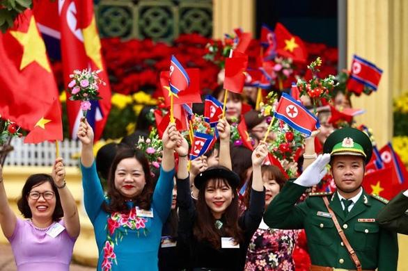 Chủ tịch Kim Jong Un vẫy chào tạm biệt Việt Nam, tàu rời ga Đồng Đăng - Ảnh 18.