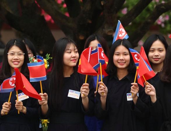 Chủ tịch Kim Jong Un vẫy chào tạm biệt Việt Nam, tàu rời ga Đồng Đăng - Ảnh 19.