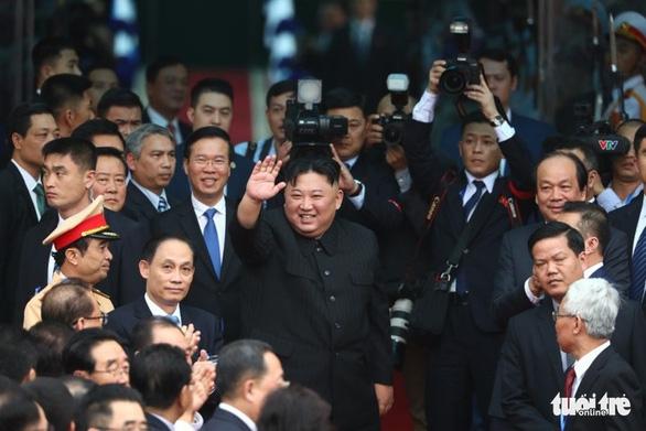 Chủ tịch Kim Jong Un vẫy chào tạm biệt Việt Nam, tàu rời ga Đồng Đăng - Ảnh 1.