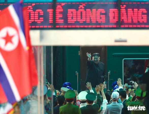 Chủ tịch Kim Jong Un vẫy chào tạm biệt Việt Nam, tàu rời ga Đồng Đăng - Ảnh 2.