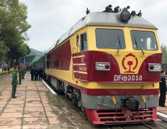 Chủ tịch Kim Jong Un vẫy chào tạm biệt Việt Nam, tàu rời ga Đồng Đăng - Ảnh 5.