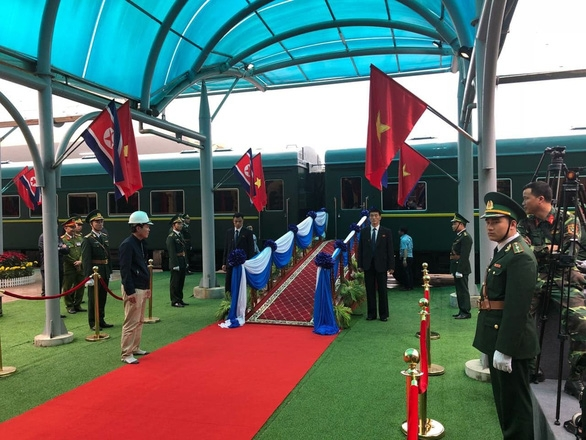 Chủ tịch Kim Jong Un vẫy chào tạm biệt Việt Nam, tàu rời ga Đồng Đăng - Ảnh 6.