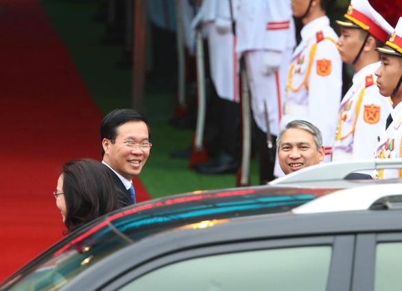 Chủ tịch Kim Jong Un vẫy chào tạm biệt Việt Nam, tàu rời ga Đồng Đăng - Ảnh 8.