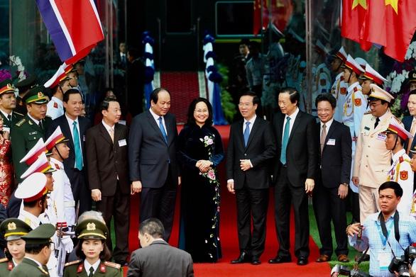 Chủ tịch Kim Jong Un vẫy chào tạm biệt Việt Nam, tàu rời ga Đồng Đăng - Ảnh 10.