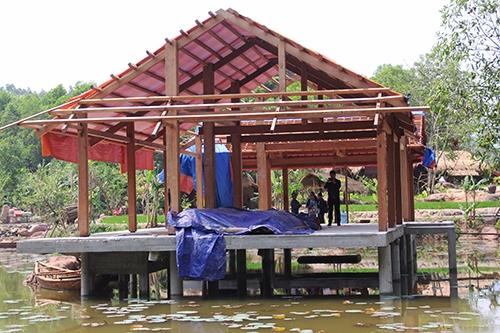 Một căn nhà gỗ trên nền bê tông sắp được hoàn thiện. Ảnh: Đắc Thành.