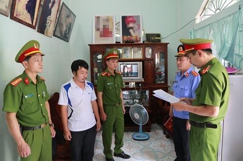 Cơ quan Công an đọc lệnh bắt tạm giam Hợp tại nhà. Ảnh: Mạnh Hùng