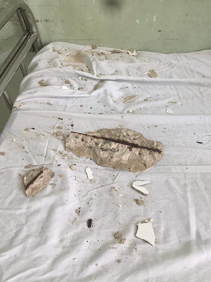Bê tông rơi trúng giường bệnh nhân đang điều trị - ảnh 1