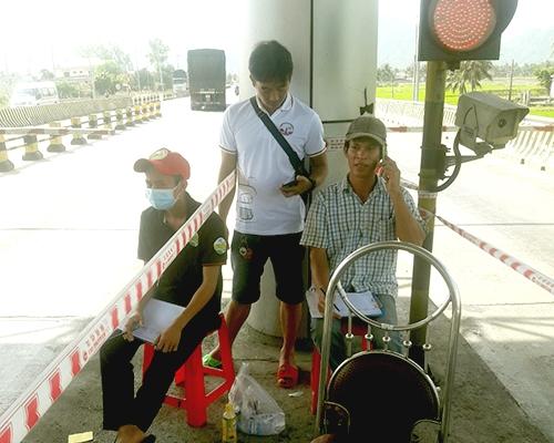 Một số người tự phát đếm xe tại trạm thu phí Ninh Lộc. Ảnh: Anh Duy.