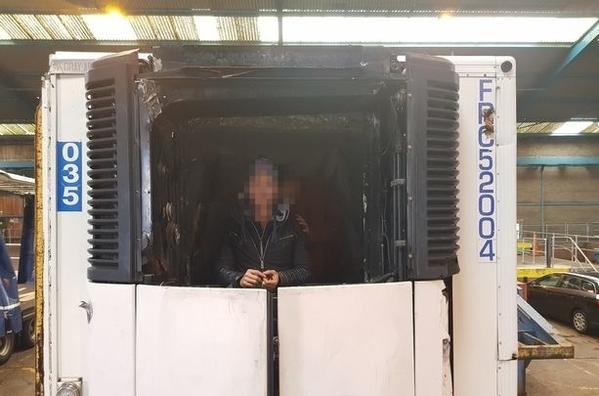Khoang lạnh của toa moóc được đặc chế thành nơi chứa người. Ảnh: Hulldailymail.