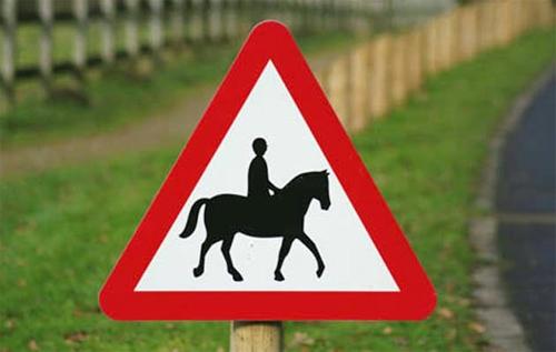 Gặp biển báo này ở London, không hẳn là bạn bị cấm cưỡi ngựa, mà bạn đang đi vào một khu nhà giàu.